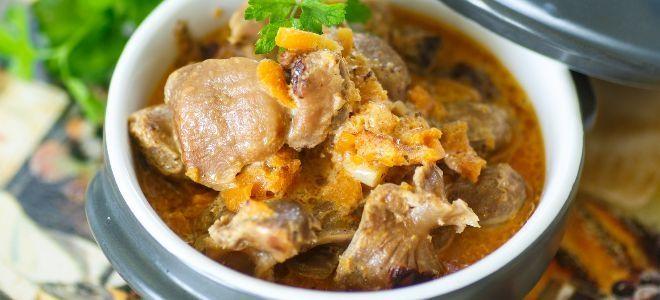 тушеные куриные желудки с луком и морковью