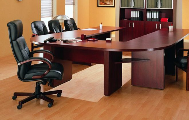 офисное кресло руководителя на колесиках