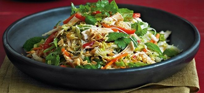 теплый салат с фунчозой и курицей