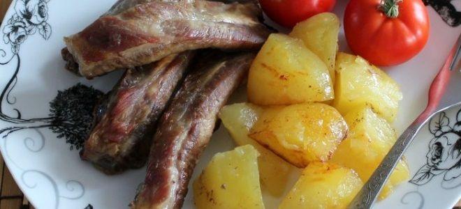 свиные ребра с картошкой в духовке в рукаве