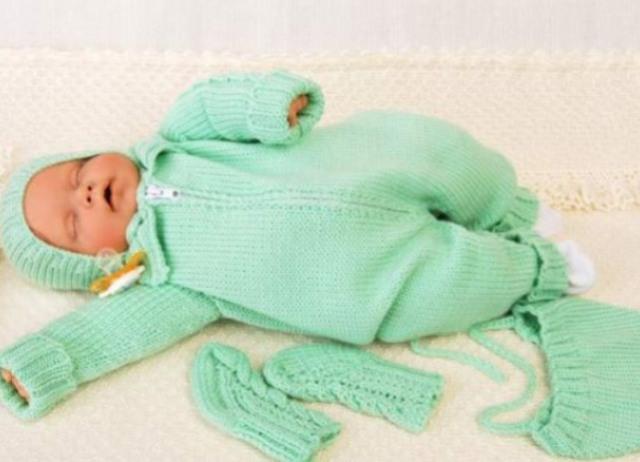 Вязанные детские костюмчики для новорожденных спицами 71