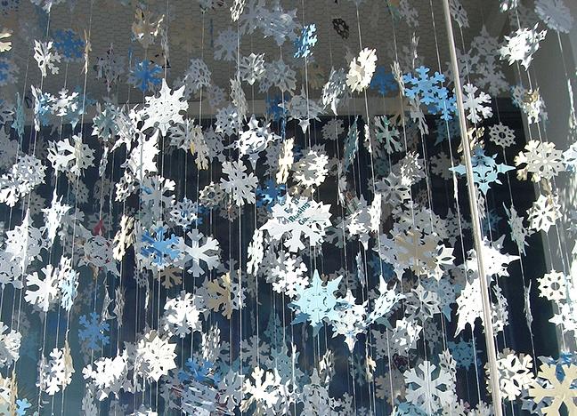 Как красиво повесить дождик на стену?