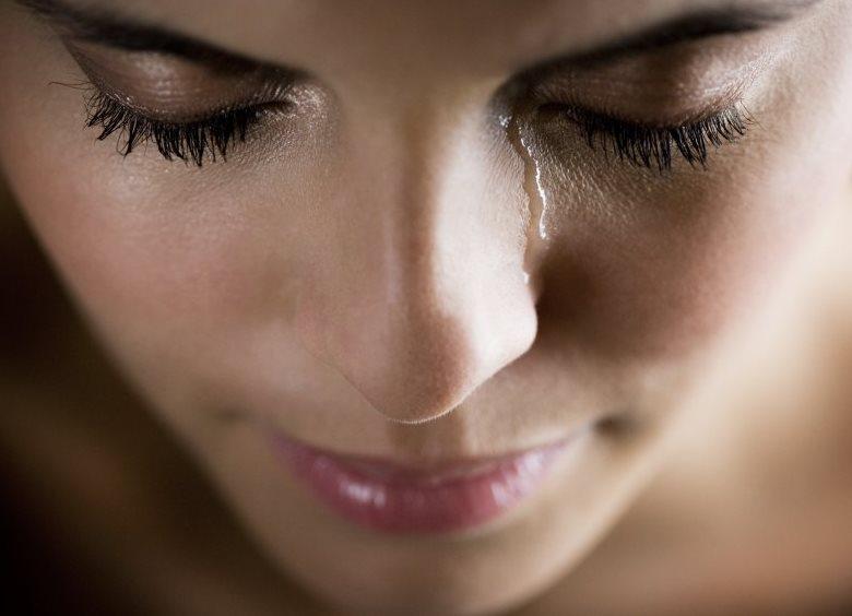 Картинка с девушкой на щеке слеза
