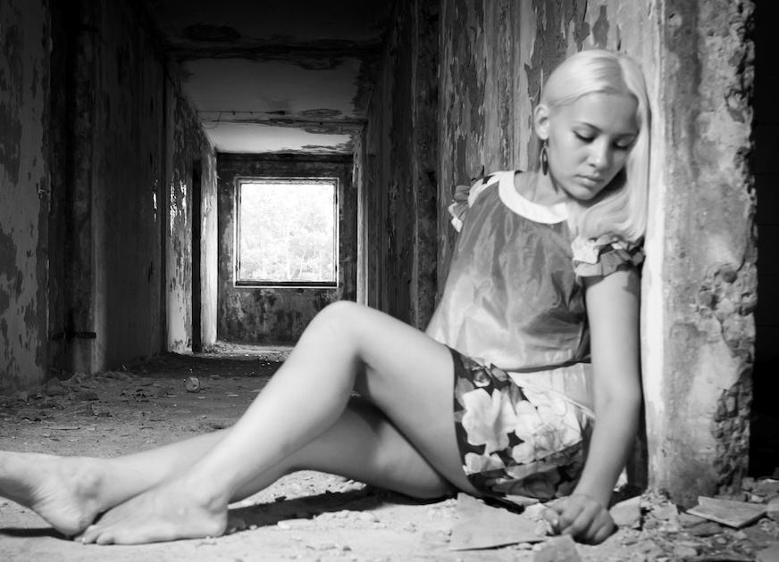 фото девушек в развалинах