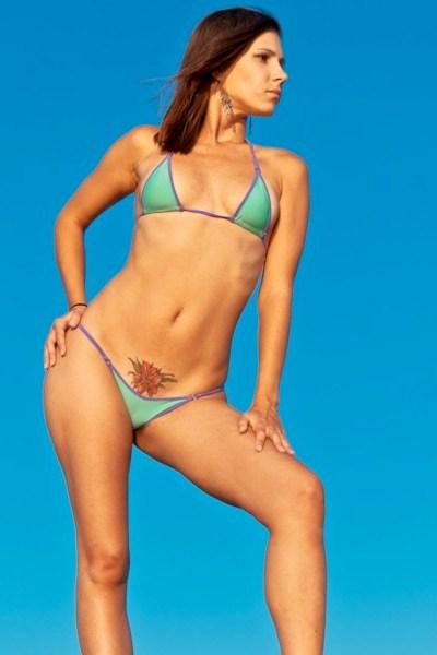 Экстремальные бикини на пляже фото