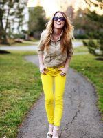 С чем носить желтые джинсы?