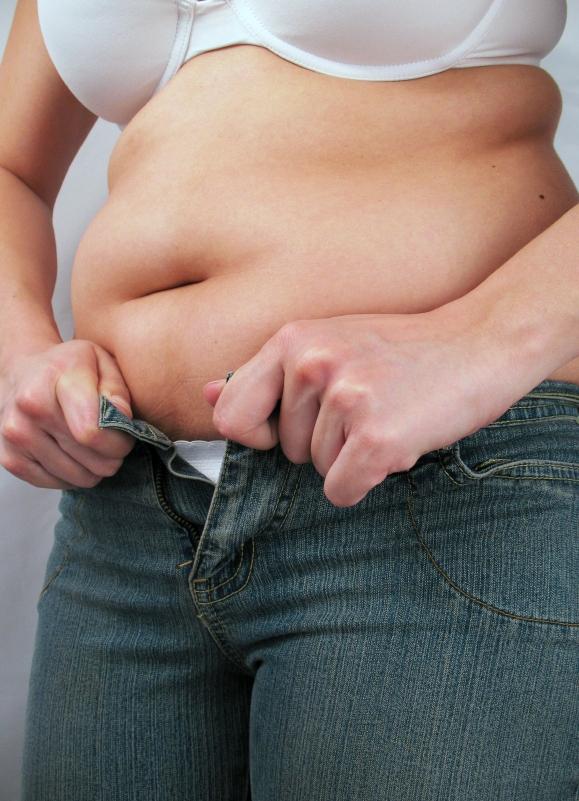 У девочки толстый живот