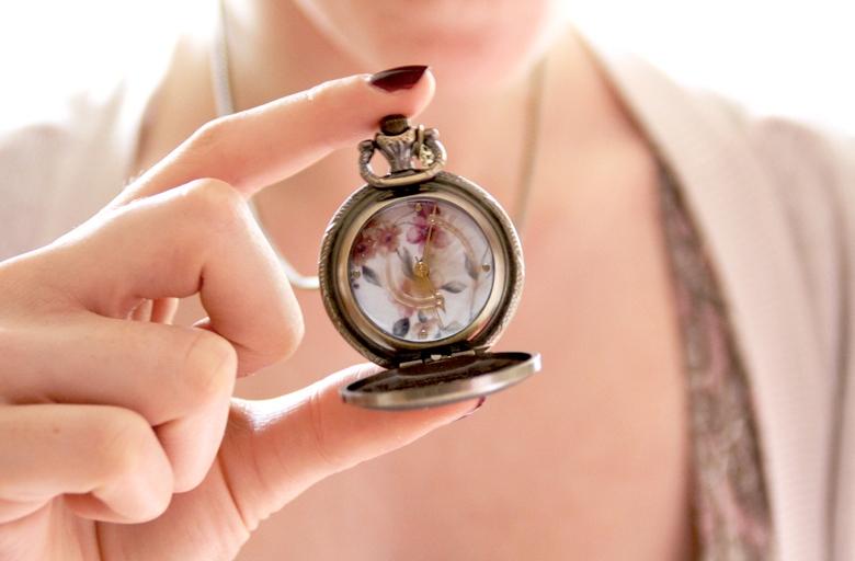 Почему нельзя дарить часы: приметы. Можно ли дарить и принимать в подарок часы мужские, женские, настольные, настенные?