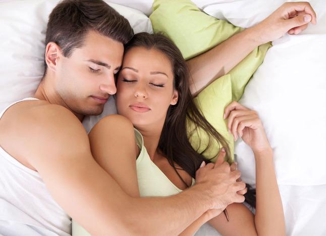искоса у жены болит голова трахает ее на диване одна