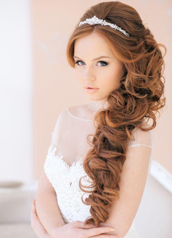 Прическа кудри на бок на средние волосы с челкой фото