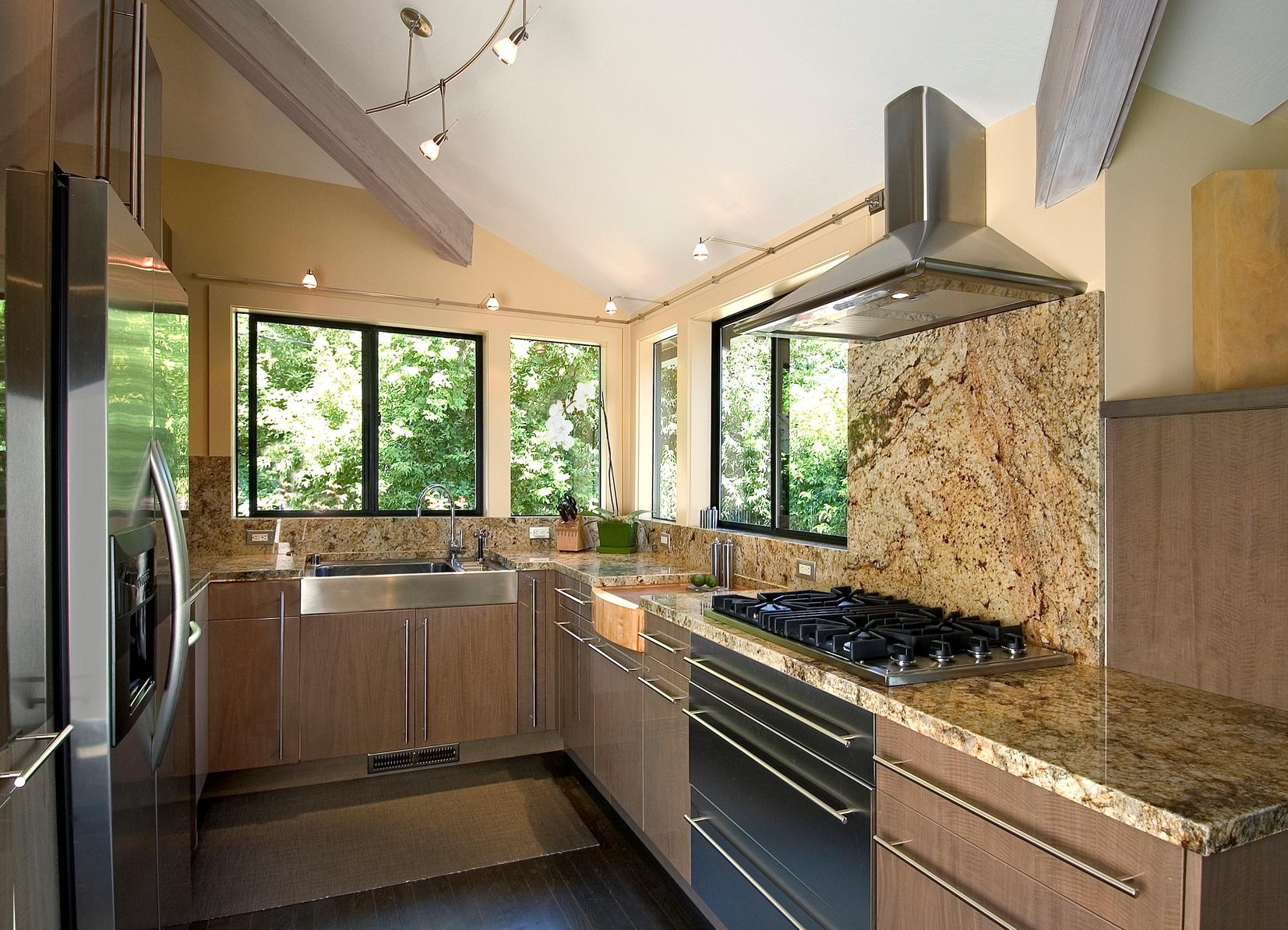 Кухни в доме с окном фото