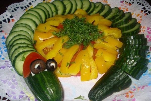 Как выложить нарезку из овощей