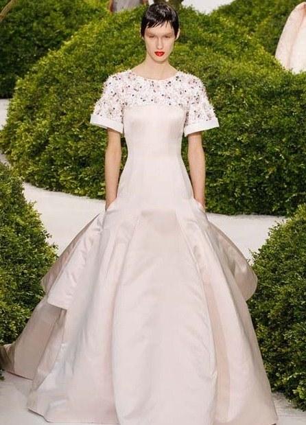 В платье от Christian Dior любая женщина или девушка будет чувствовать себя  неотразимо и уверенно благодаря качественным материалам, отличному крою и  ... c2f8d9b6fdd