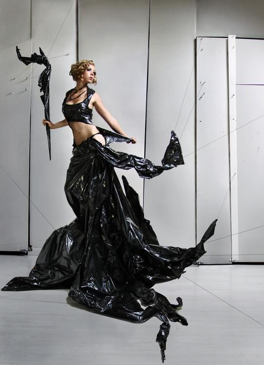 Как сделать простое платье из мусорных пакетов