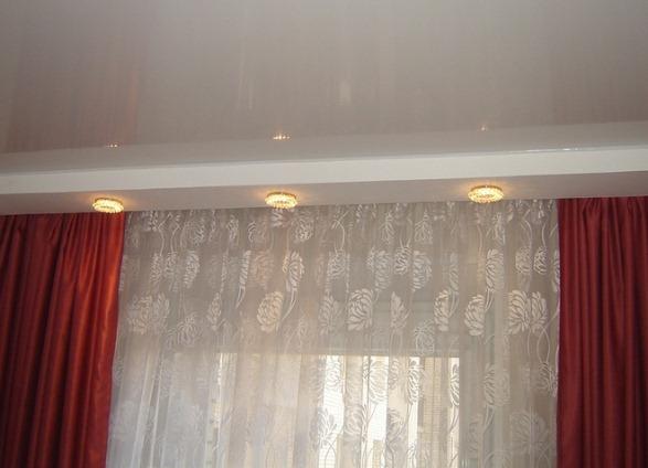 Потолочный светильник под карнизы в зале фото
