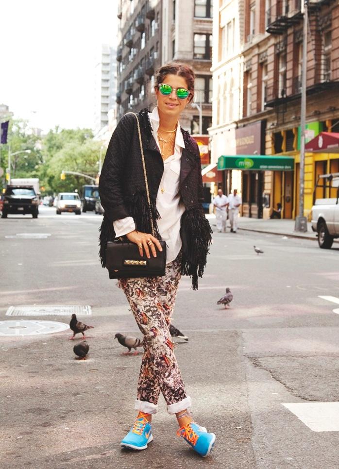 для города с чем носить цветные кеды женские фото люди
