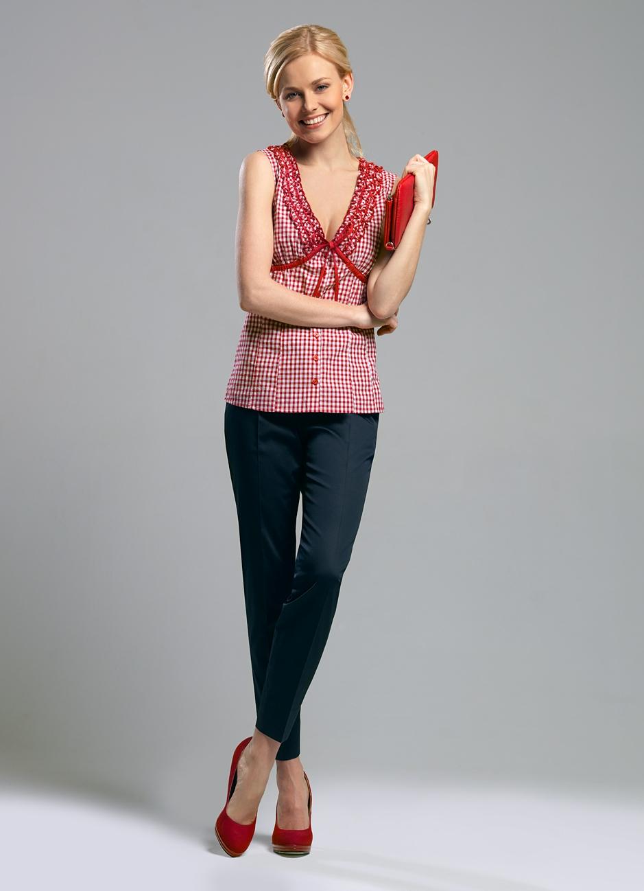 Коралловые брюки в вашем гардеробе: с чем надеть и какую обувь выбрать к ним