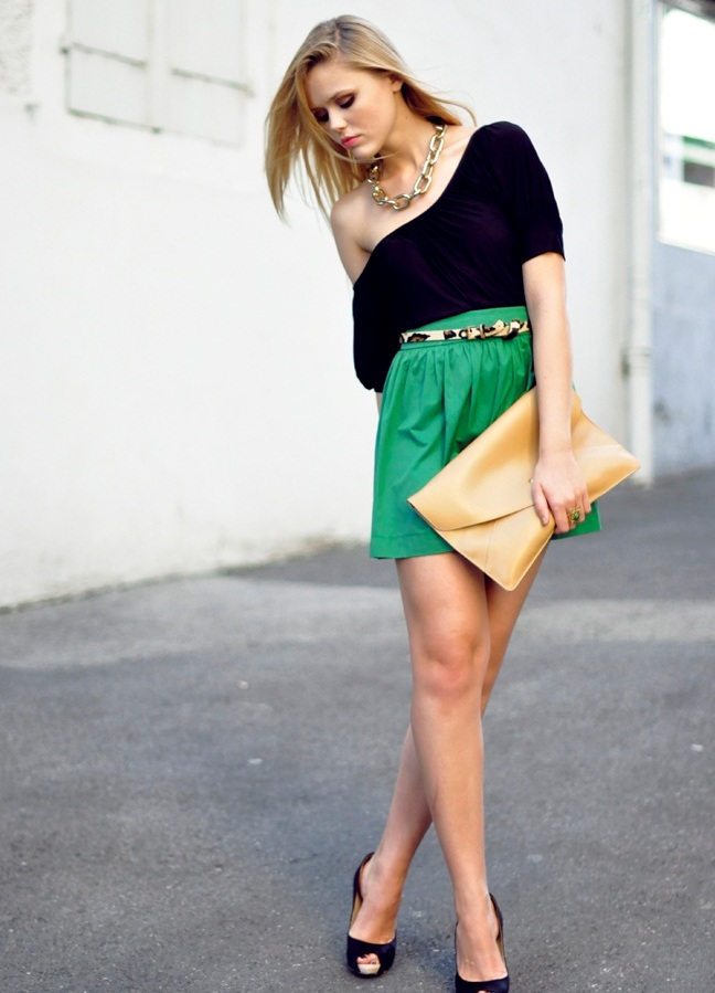 Девушки в зеленым мини юбке фото