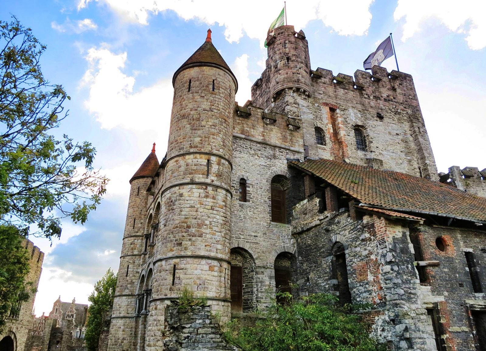 Замок с башнями картинки