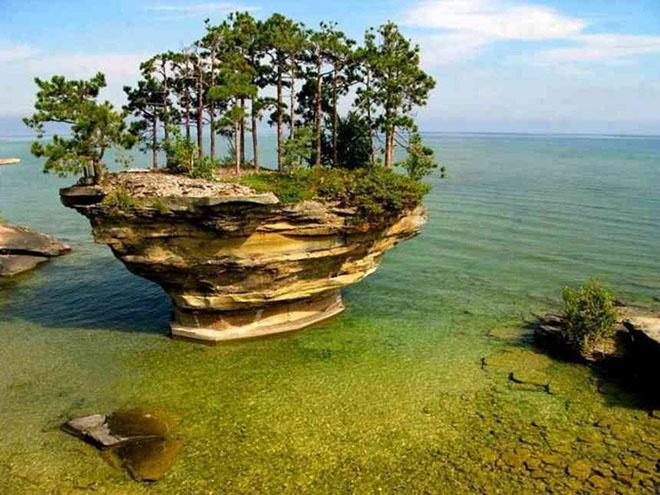 Островки на озере