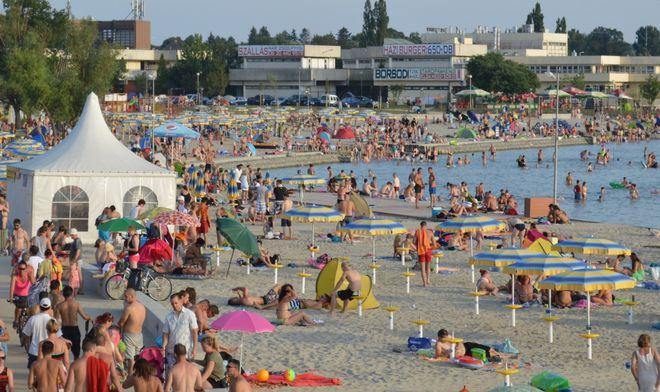 Пляж на озере Веленце