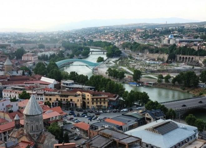 Река Кура служит настоящим украшением Тбилиси