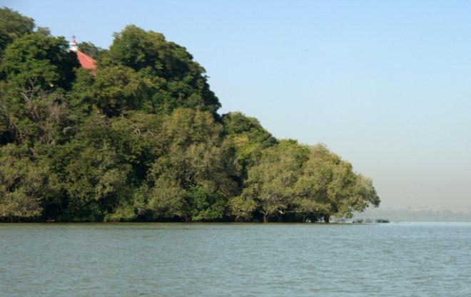 В густых зарослях острова можно разглядеть храмовые постройки