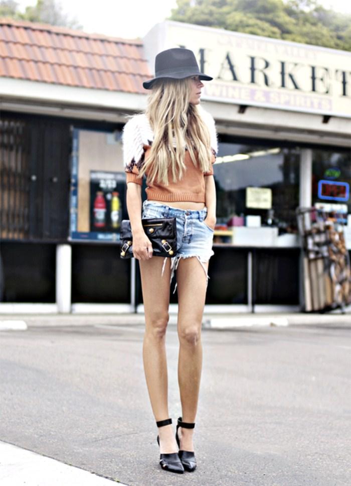 Девушки в коротких джинсовых шортах без трусиков #6