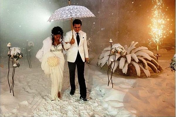бальным свадьба зимой фотосессия с зонтом постановка рук